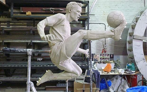 데니스 베르캄프 동상을 세운다고 발표한 아스날