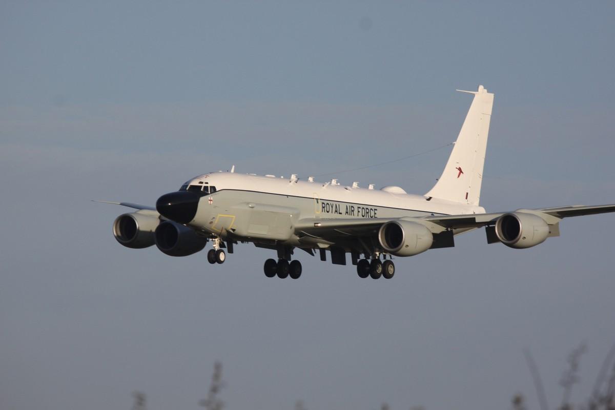 첫번째 RC-135W 정보수집기를 인도받은 영국 공군