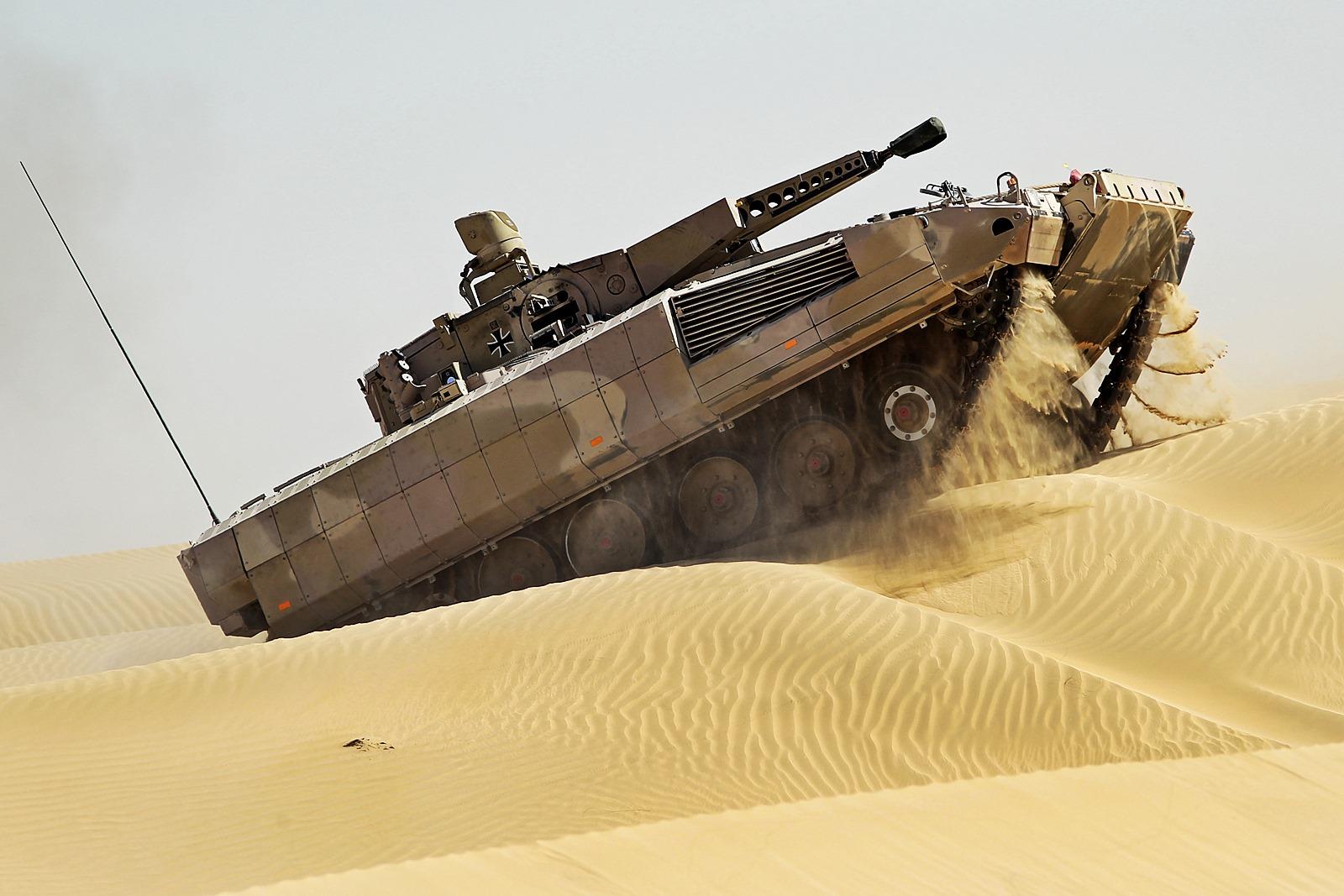 두바이 사막에서 주행시험중인 독일육군 최신 장갑..