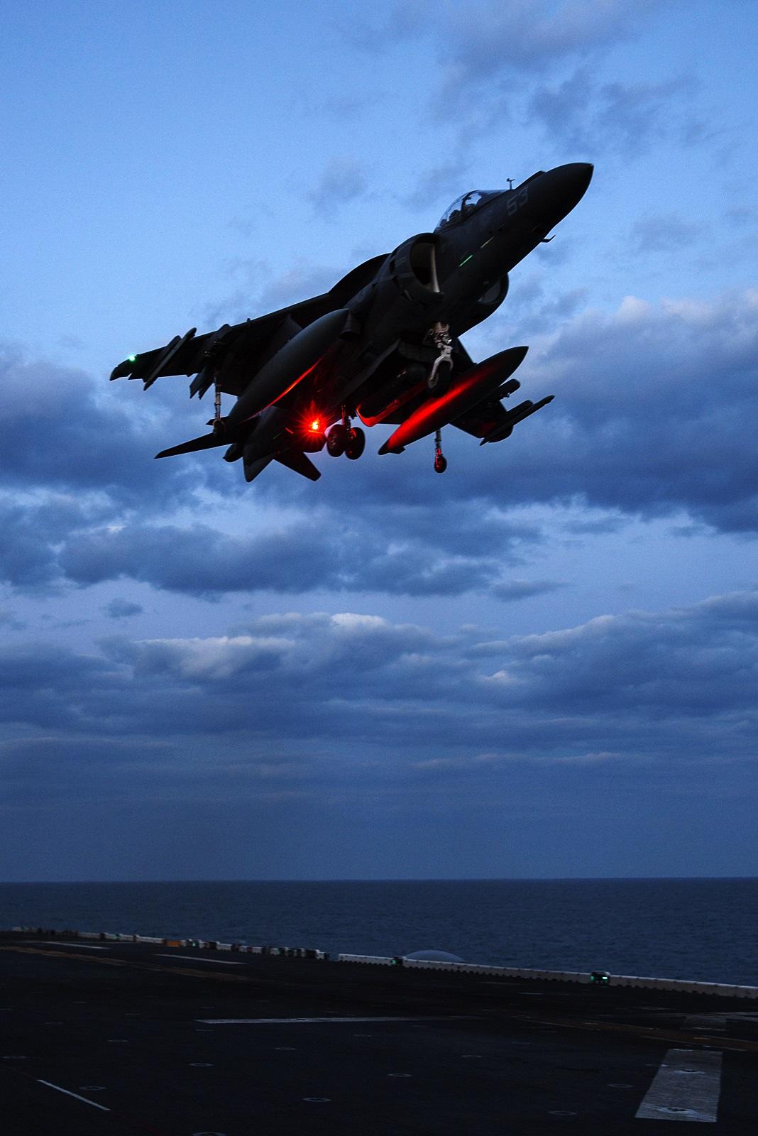 상륙함에 탑재되어 강습상륙작전을 지원하는 AV-8B ..