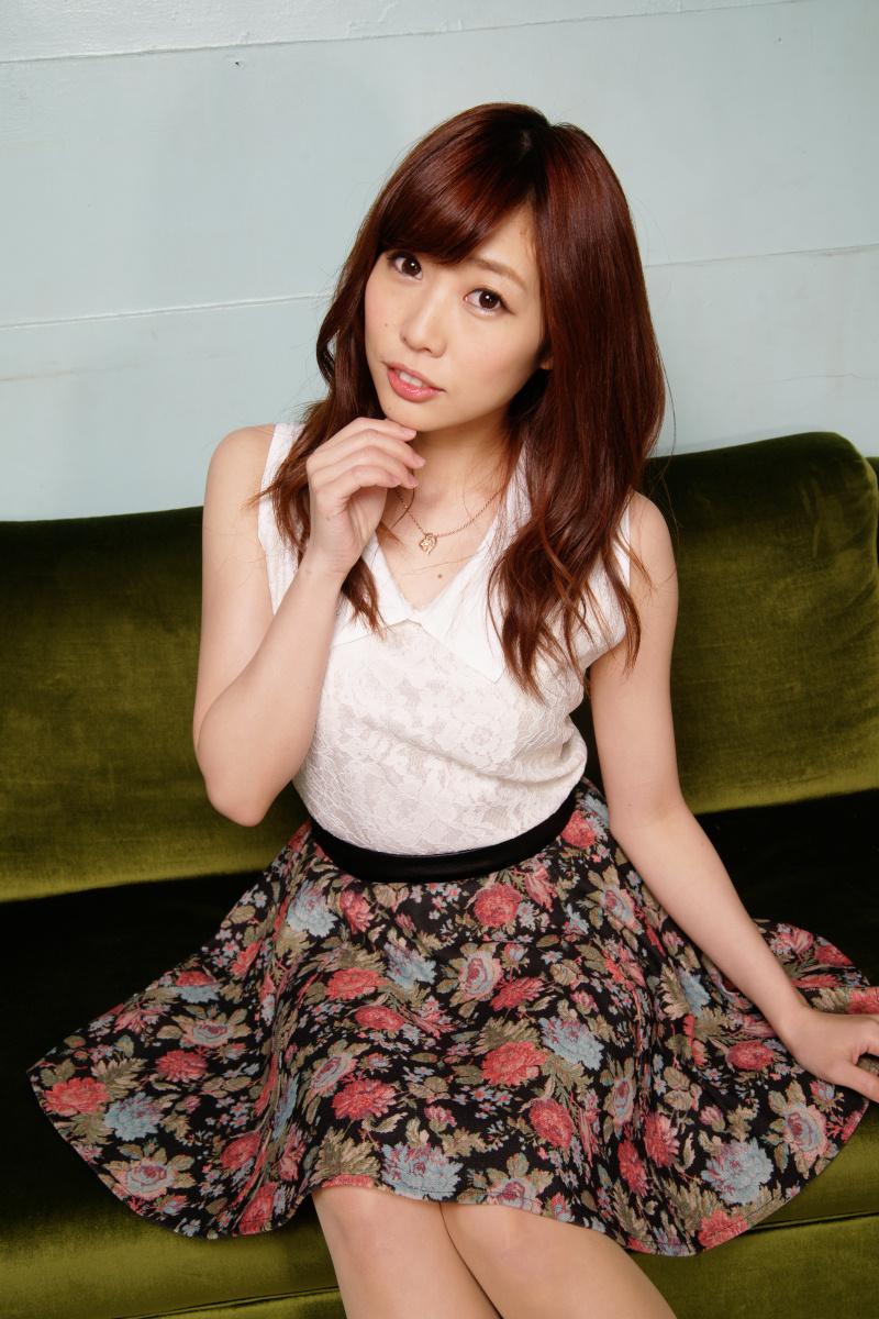 성우 쿠스다 아이나씨의 사진이 예쁘네요.