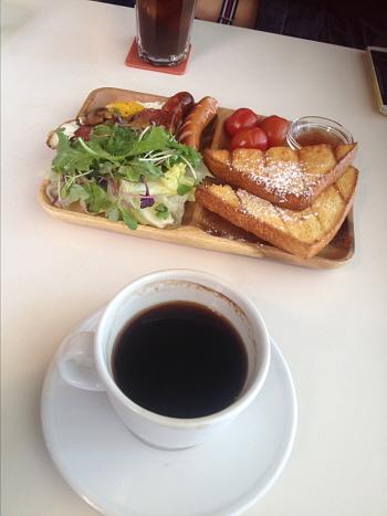 휴일 오후의 카페 비하인드
