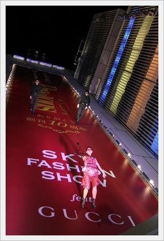 '공중 패션쇼' 긴자의 건물 벽면이 런웨이에- 지상 3..