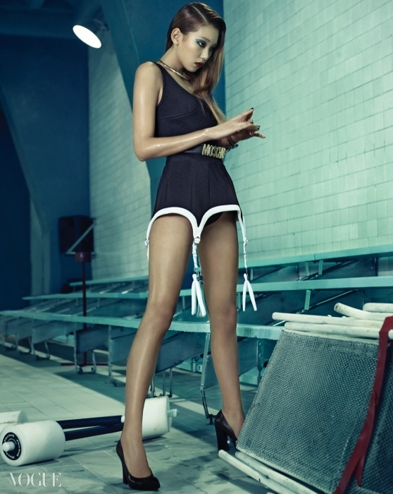 Glam in the Pool<Vogue>