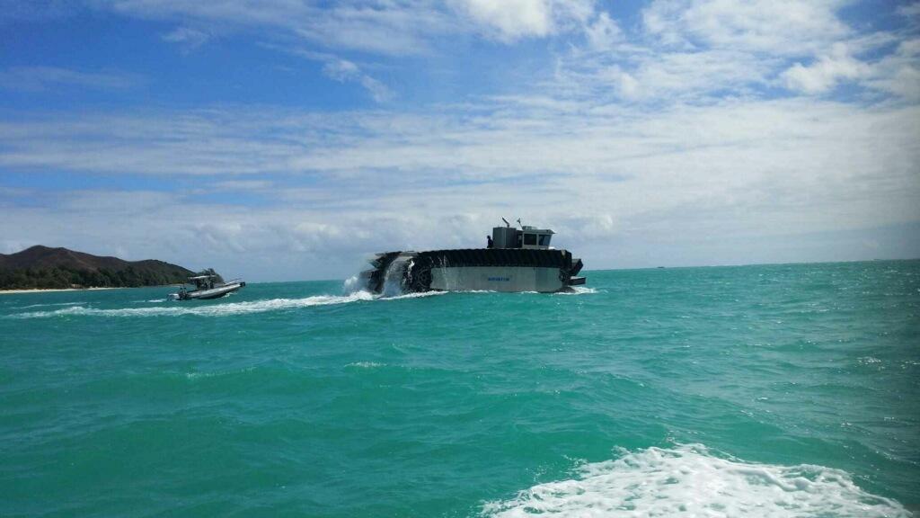 중량 병참 물자 선적을 위해 상륙함을 향하는 UHAC