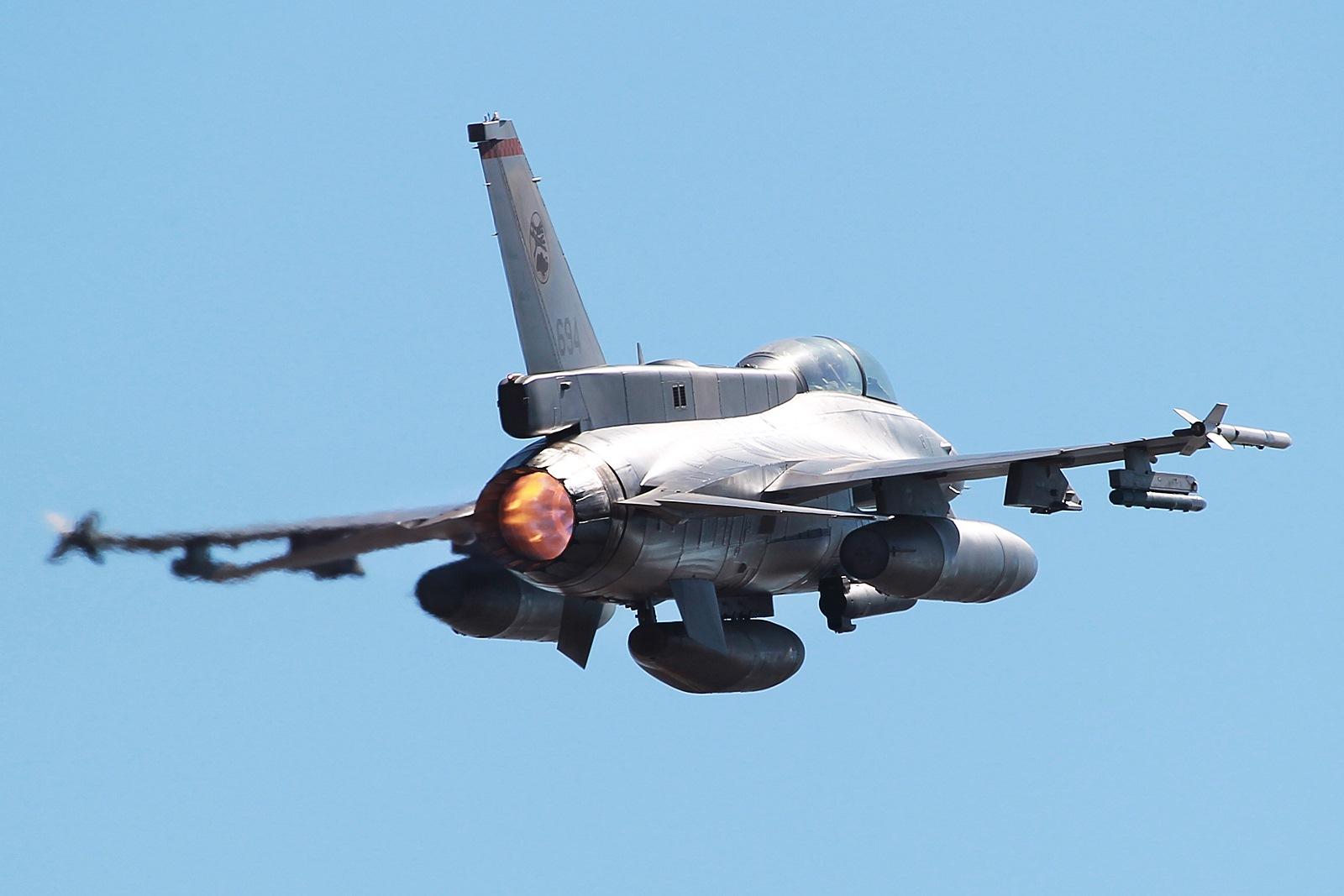 Pitch Black 14 훈련중 출격하는 싱가폴공군 F-16 B..