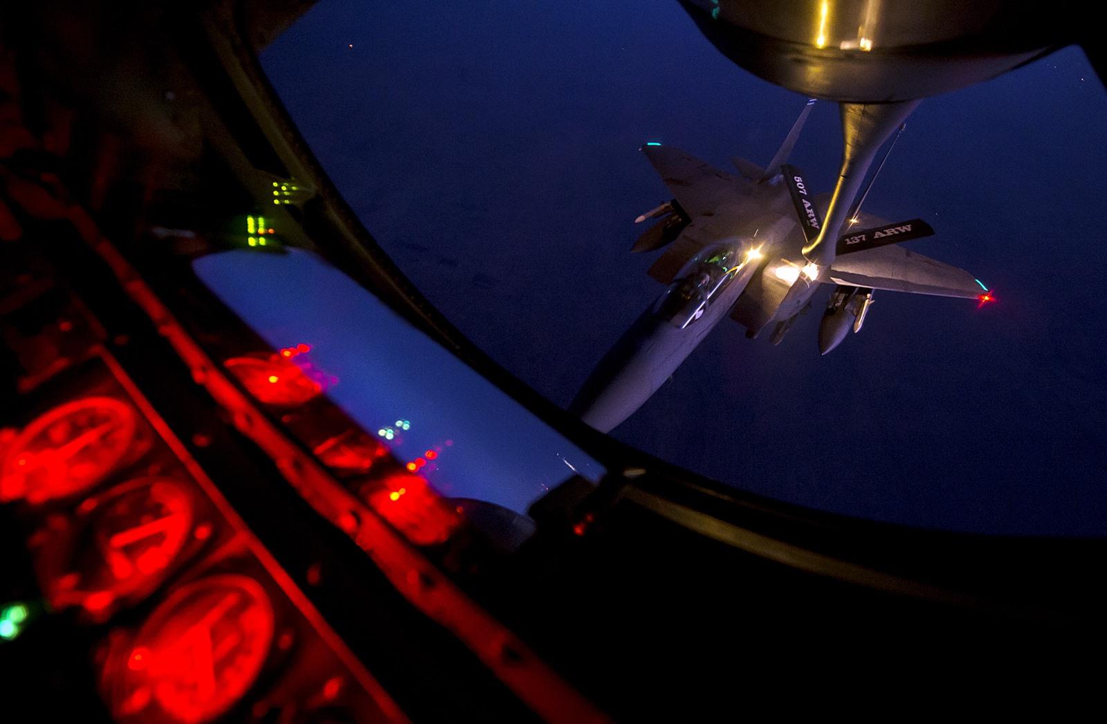 시리아 공습후 귀대하며 공중급유를 받은 미 공군 F-..