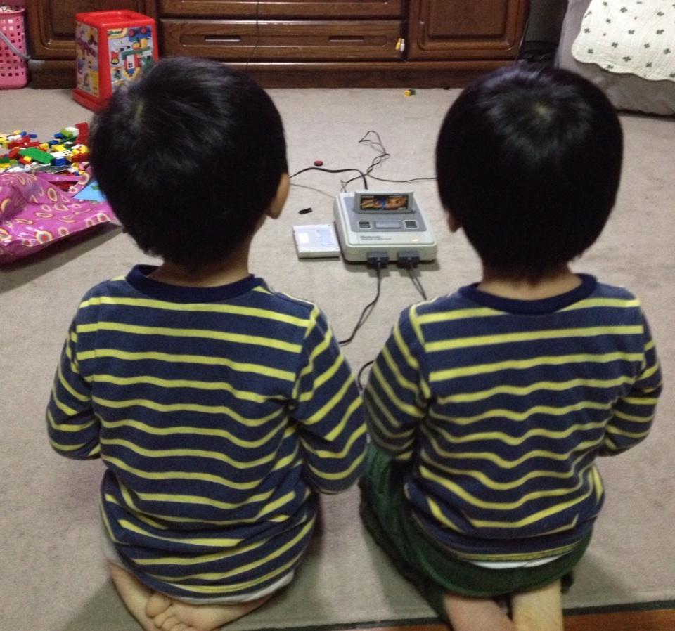 나란히 앉아 게임을 하고 있는 애들 둘의 사진이 화제