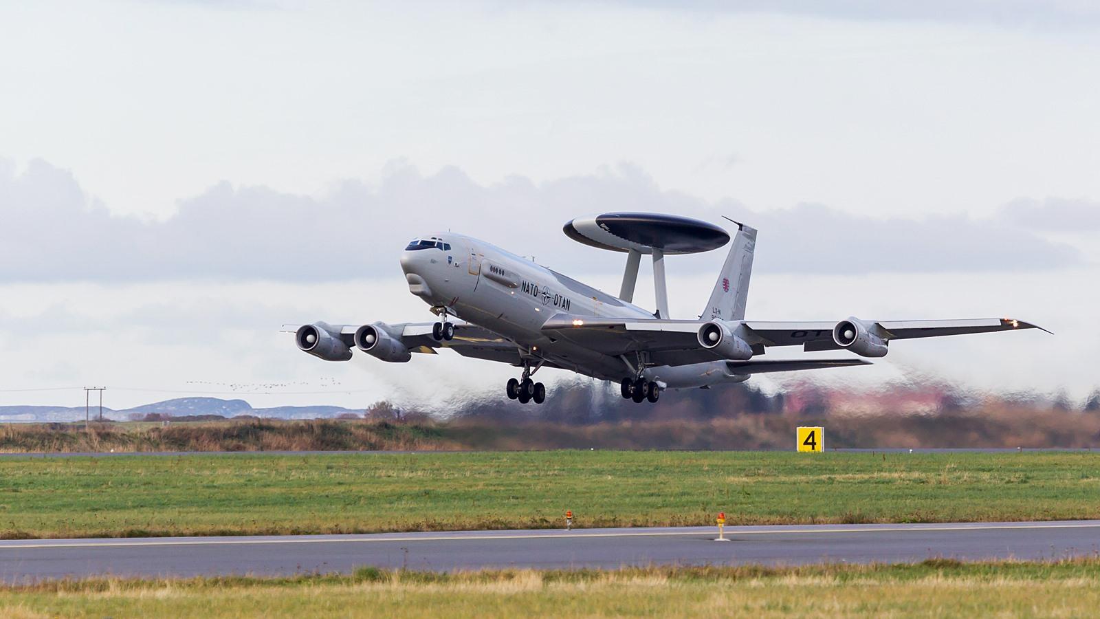 노르웨이 공군기지를 이륙하는 NATO의 E-3A AWACS