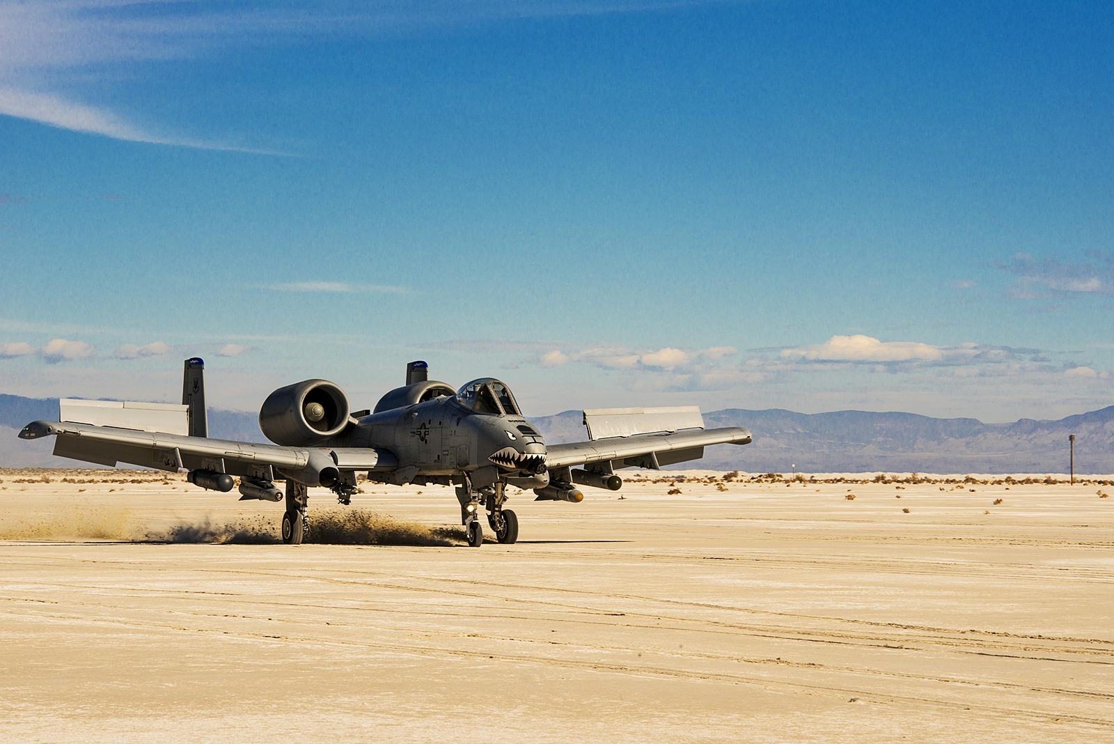 사막 활주로에서 이륙하는 A-10C Thunderbolt II..