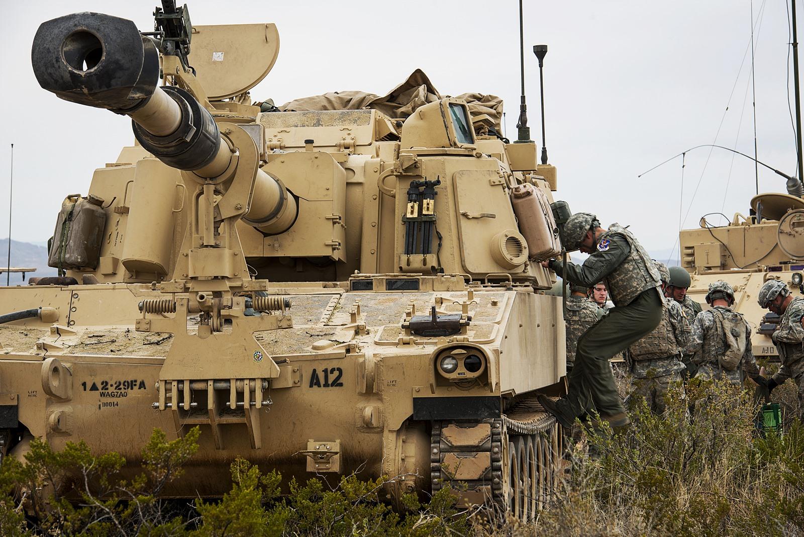 M109A6 자주포와 A-10C 공격기가 협력한  IRON STR..