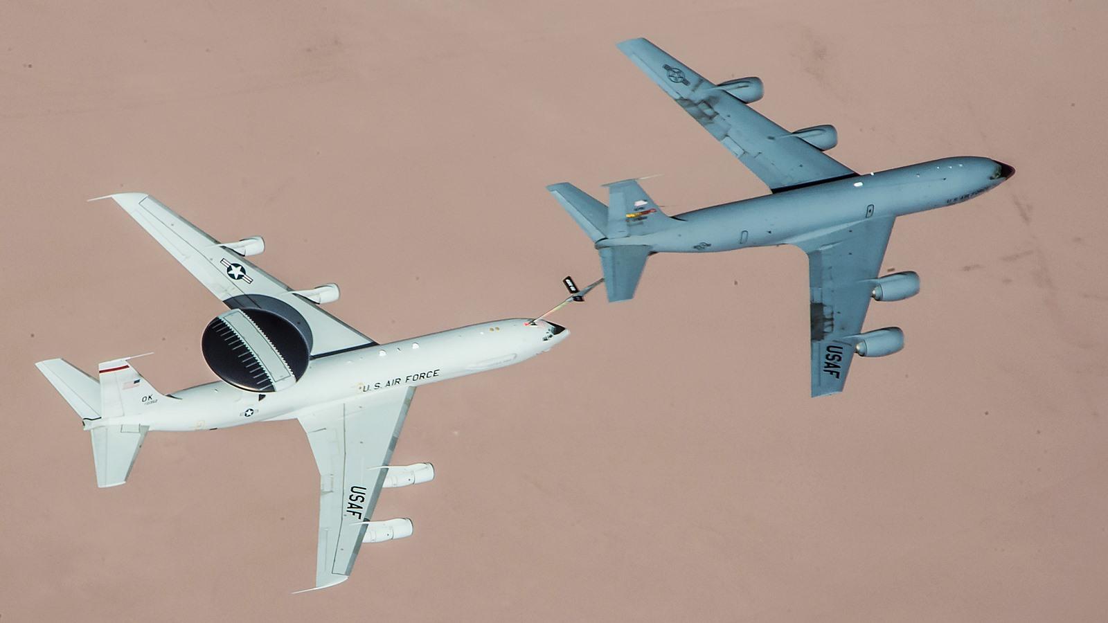ISIL 공습임무 지원 E-3 AWACS에 급유하는 KC-13..