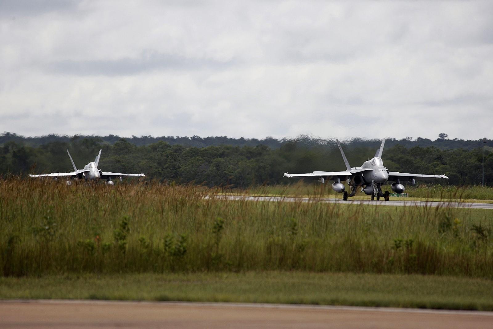 중동을 향해 이륙하는 호주해군 F/A-18A 전투기들