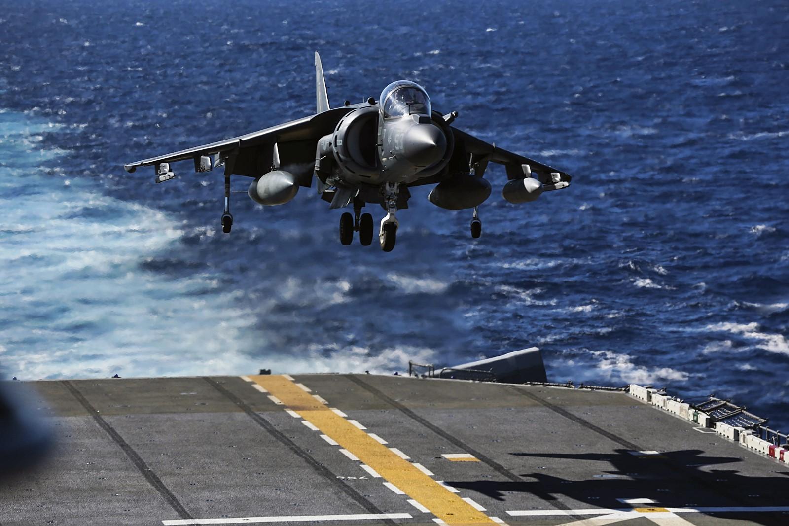 Essex (LHD 2) 상륙함에서 비행훈련하는 AV-8..
