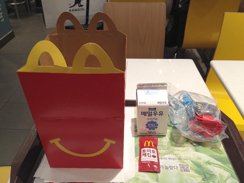 맥도날드 해피밀과 울트라맨 티가