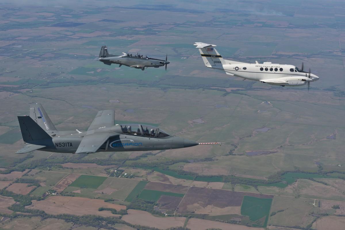 스콜피온 제트기를 비행한 미 공군 테스트 조종사 훈련생들