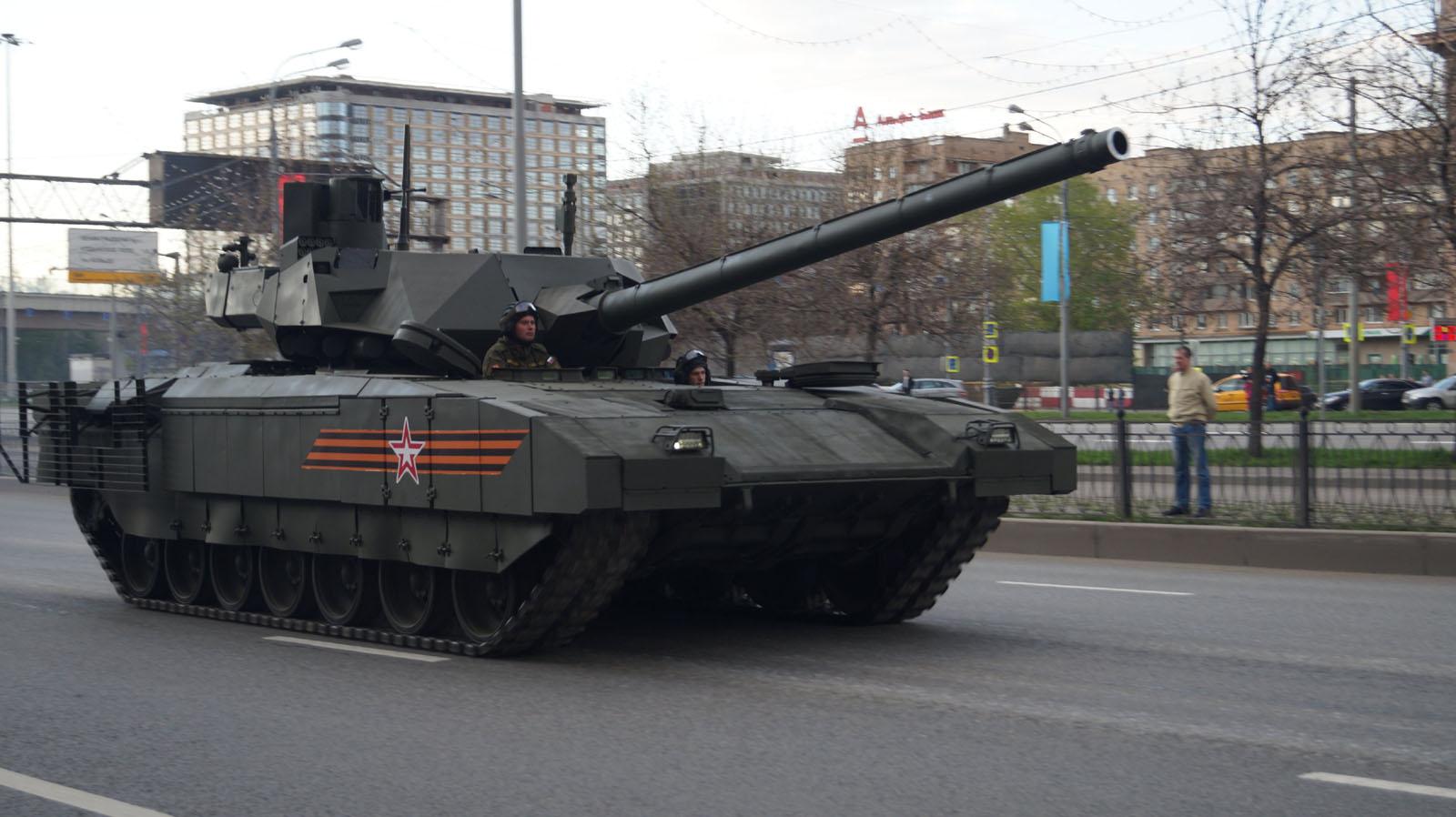 """러시아 최신예 탱크 'T-14 Armata'는 무적…""""준비는 .."""