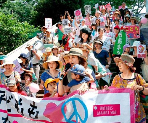 거리로 나선 일본 엄마부대의 시위