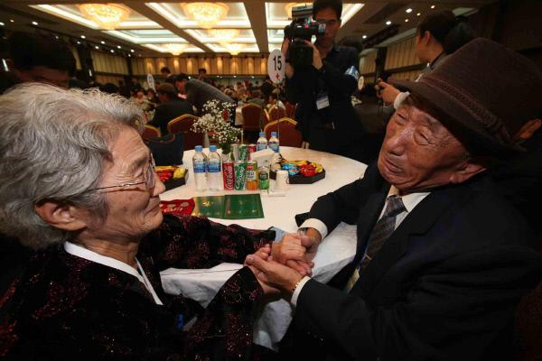 """남북 이산가족 상봉] 남쪽 아들 """"40년간 아버지 제.."""