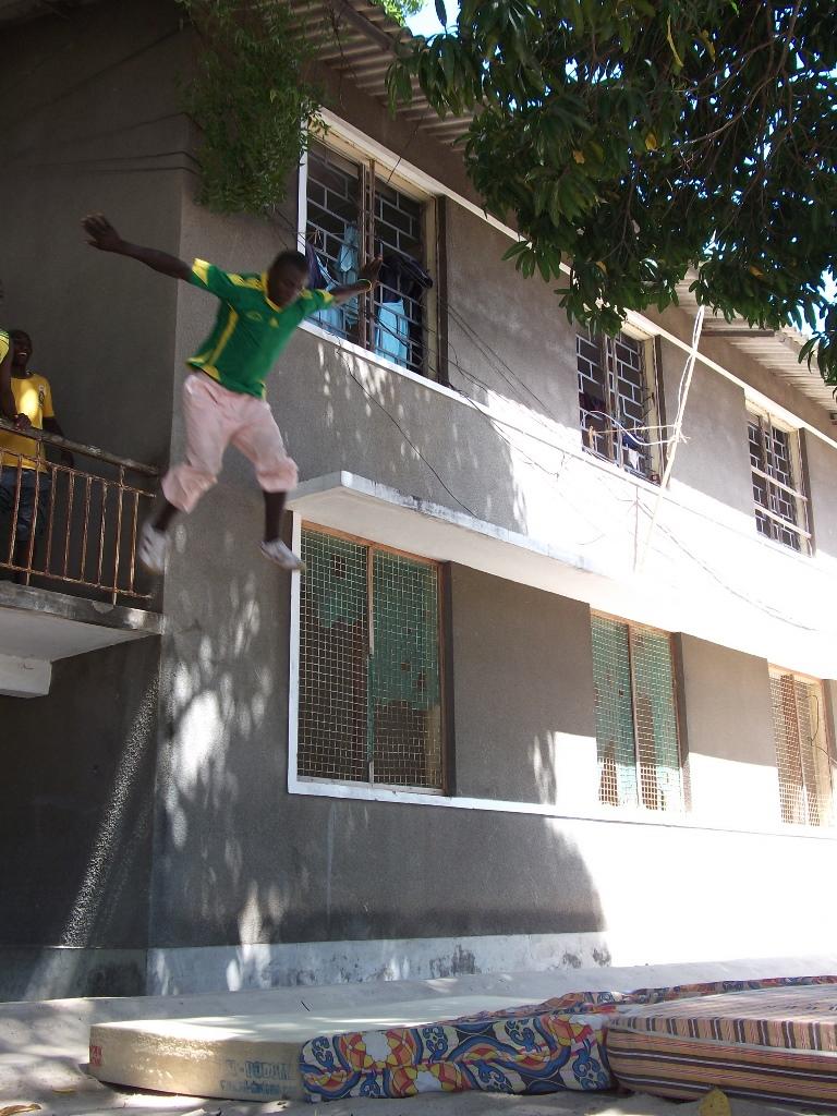 [탄자니아] 2층에서 뛰어 내리기