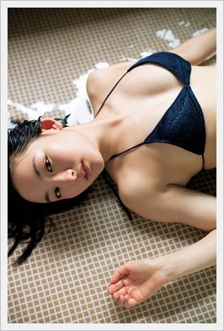 사오토메 유우, 17세의 '숏컷 미소녀'가 비키니 차림으..