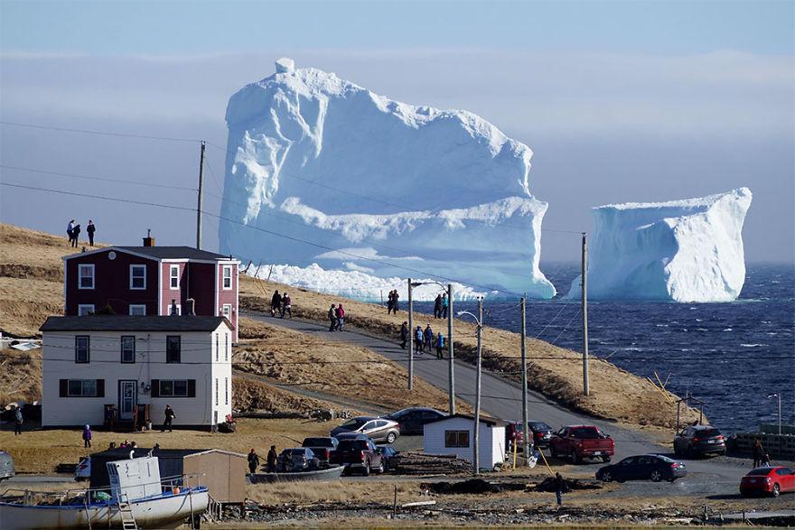캐나다 어촌마을에 떠내려온 빙산!!!