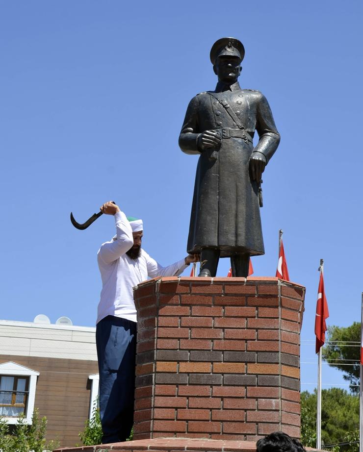 터키 샨르우르파에서 아타튀르크 동상이 공격당하다!
