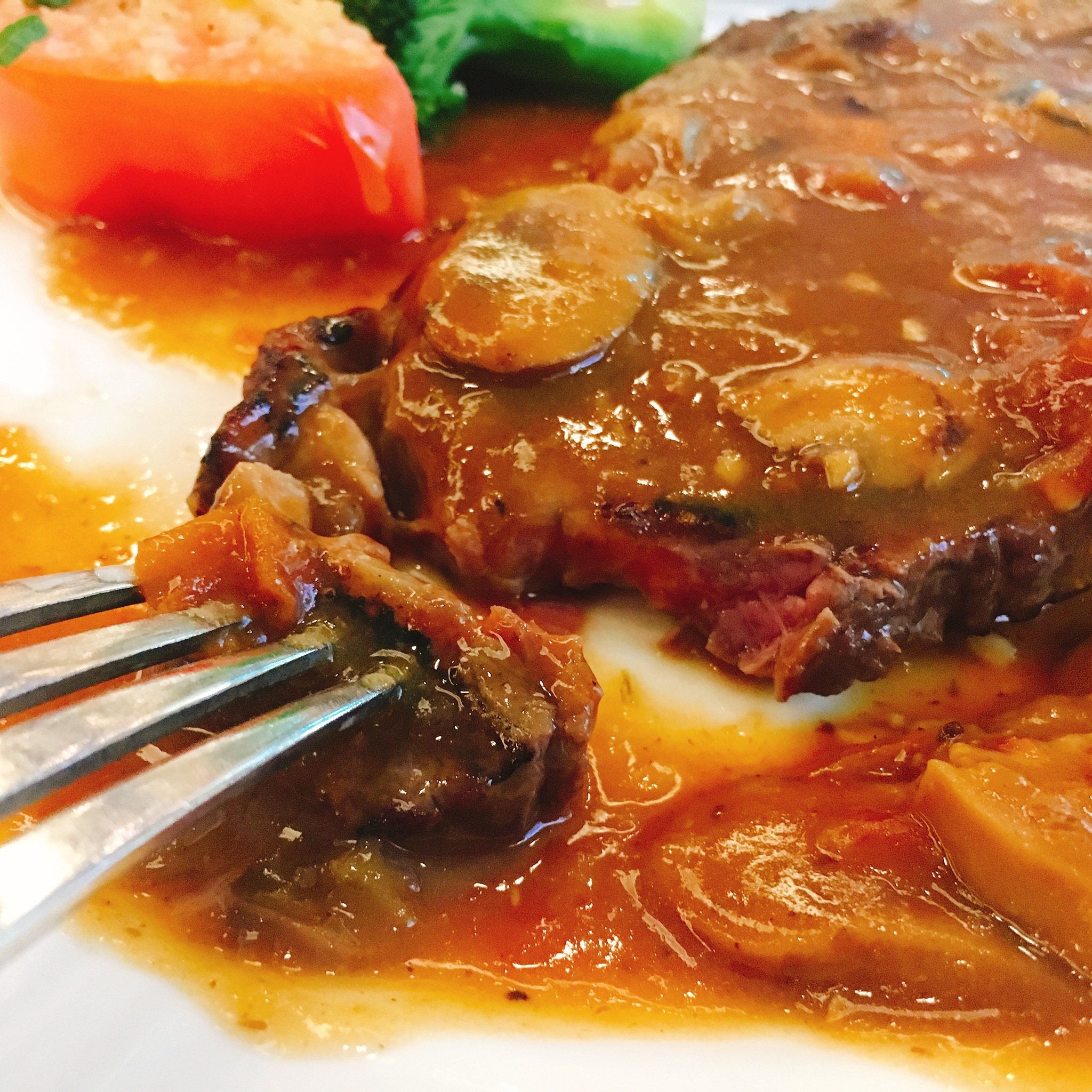 촉촉한 스테이크와 바삭한 튀김 토마토의 결혼식. 하..