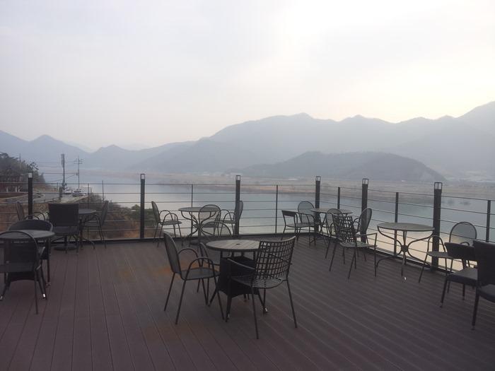 12월 말 낙동강변의 서쪽 산등성이로 지는 해