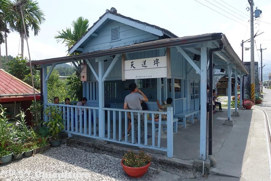 대만 시골마을에 있는 폐쇄된 기차역과 주변 풍경