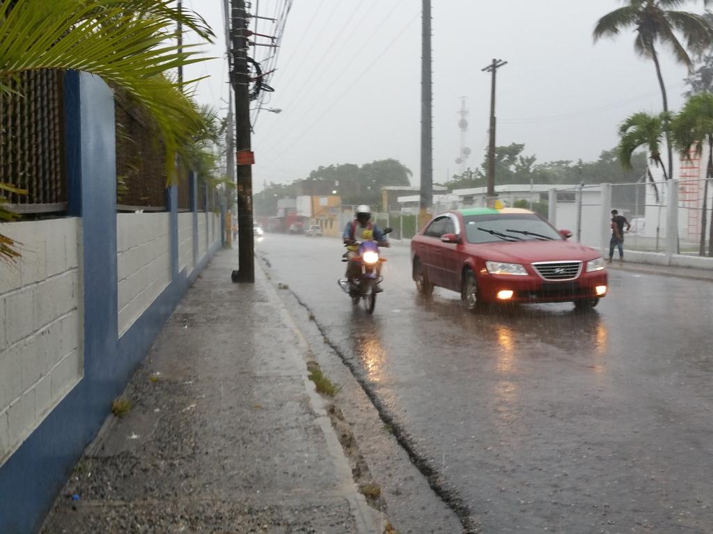 [도미니카공화국] 비 오면 차량 바닥으로 물이 차..