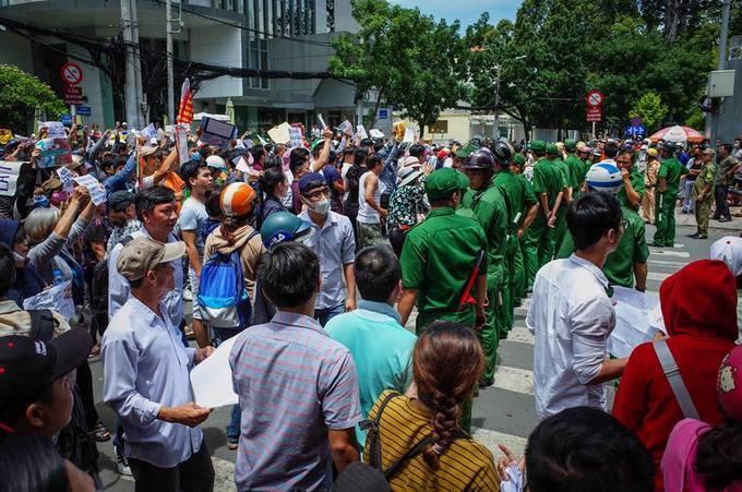 많은 시위대들이 돈을 받았다 / 베트남