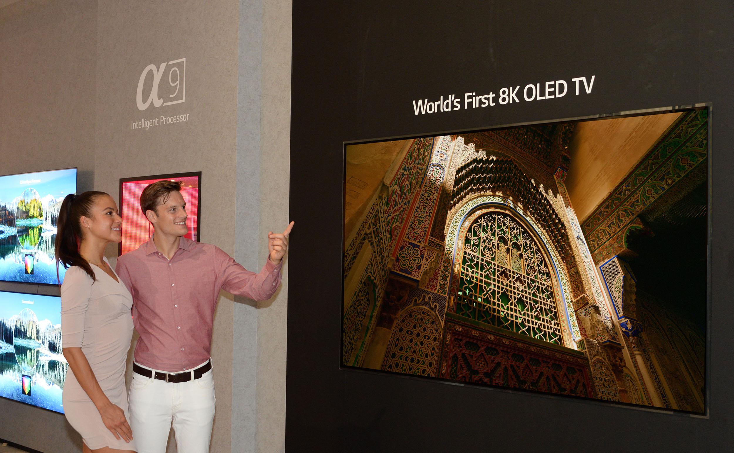 뭐 아직은 상징적으로 보이지만 8K OLED TV 공개..